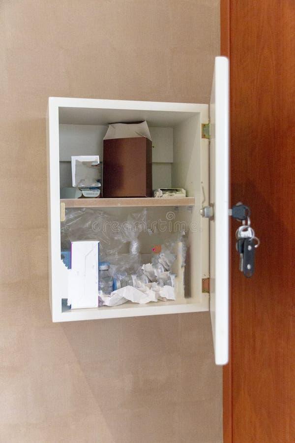 Een geneeskundekabinet stock afbeelding
