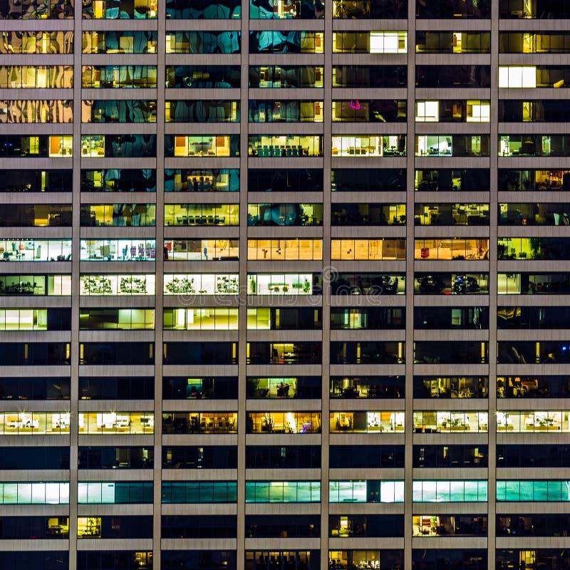 Een geometrisch patroon van vensters op een wolkenkrabber van Manhattan stock foto
