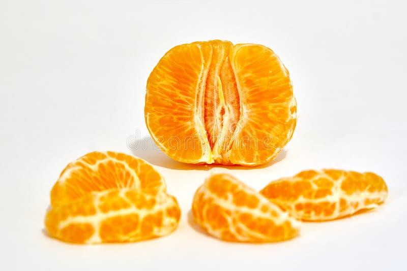 Een gepelde die mandarijn in studio wordt gefotografeerd in macro wordt geïsoleerd stock foto