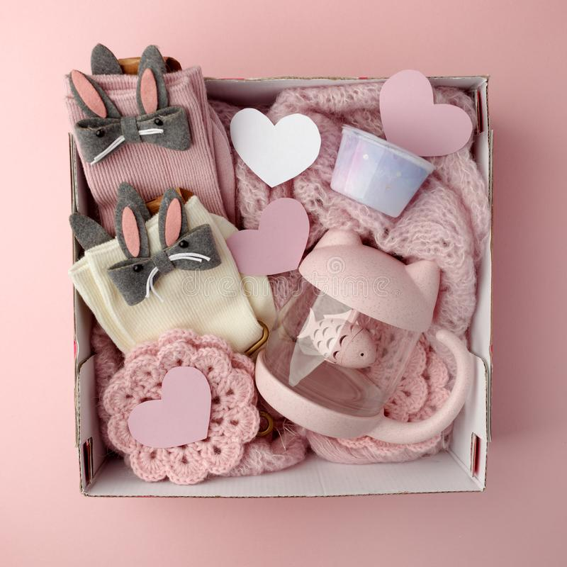 Een gepersonaliseerde doos met giften voor de Dag van Valentine, een reeks leuke dingen, een eenvoudig idee voor een romantische  stock afbeelding