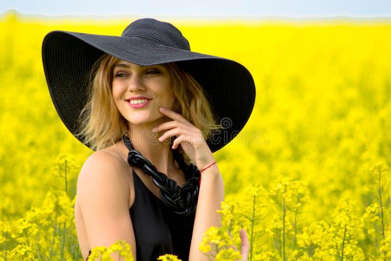 Een geraffineerd meisje in een hoed onderzoekt de afstand stock fotografie