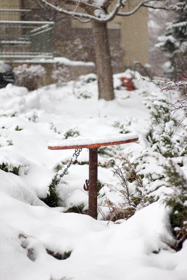 Een geroest onstabiel die wiel in sneeuw wordt behandeld royalty-vrije stock foto's