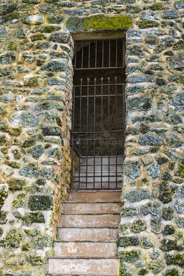 Een gesloten weg met dit steelt poort royalty-vrije stock afbeelding
