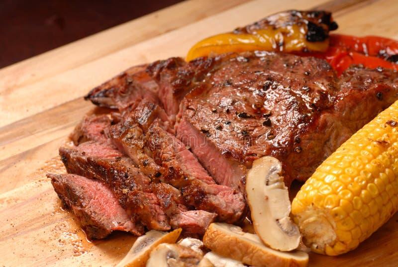 Een gesneden geroosterd ribeye lapje vlees royalty-vrije stock afbeeldingen