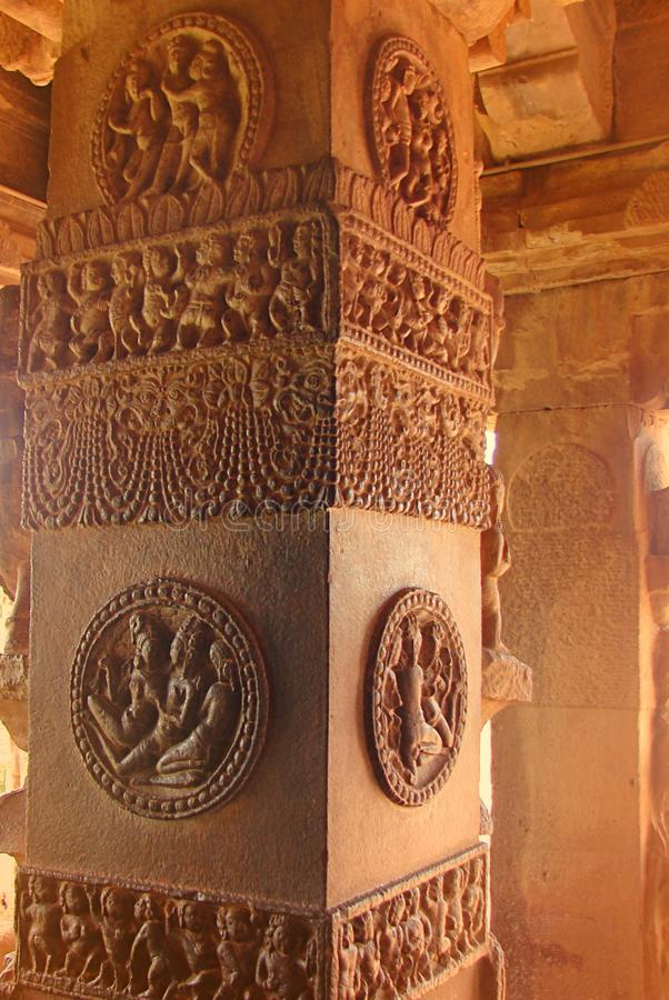 Een Gesneden & Gesierde Rood Zandsteenpijler, Aihole, Karnataka, India stock foto