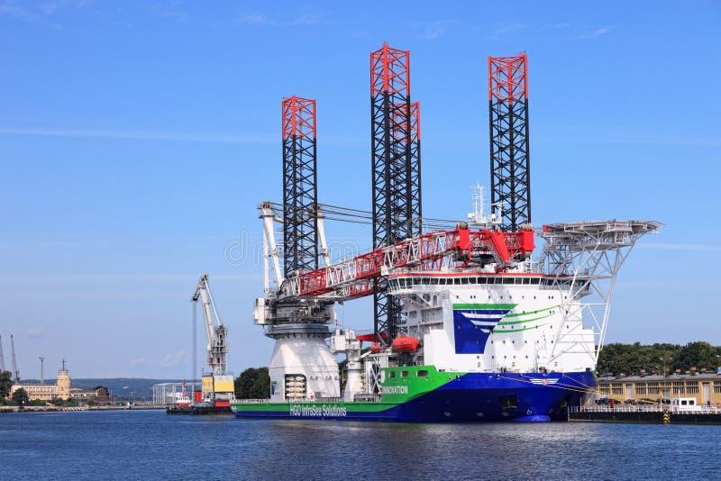 Een gespecialiseerd schip voor het installeren van windturbines stock foto