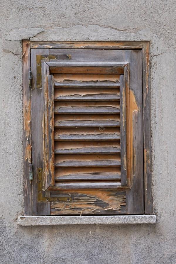 Een gestript houten blind in Castroreale, Sicilië stock fotografie