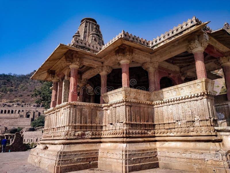 Een gevandaliseerde oude hindoettempel in het Bhangarh-fort in Alwar Rajasthan India Beschouwd als de meest gehakte plek - decemb royalty-vrije stock foto's