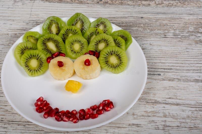 Een gezicht dat van vruchten op de plaat wordt gemaakt stock foto's