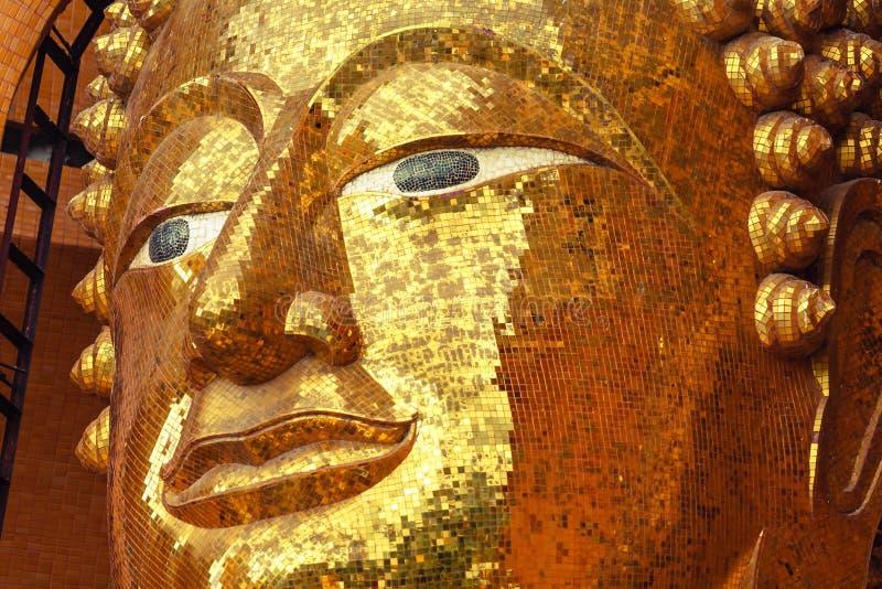 Een gezicht van het standbeeld van Boedha maakte van vierkant geel glas royalty-vrije stock afbeelding