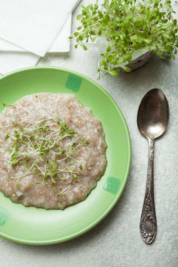 Een gezond ontbijt voor een gezonde levensstijl Multi-graangewassengraangewas met vitaminen op een plaat, een lepel dichtbij Groe royalty-vrije stock afbeeldingen
