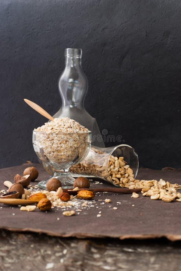 Een Gezonde Droge Havermaaltijd met noot in een houten lepel stock afbeelding