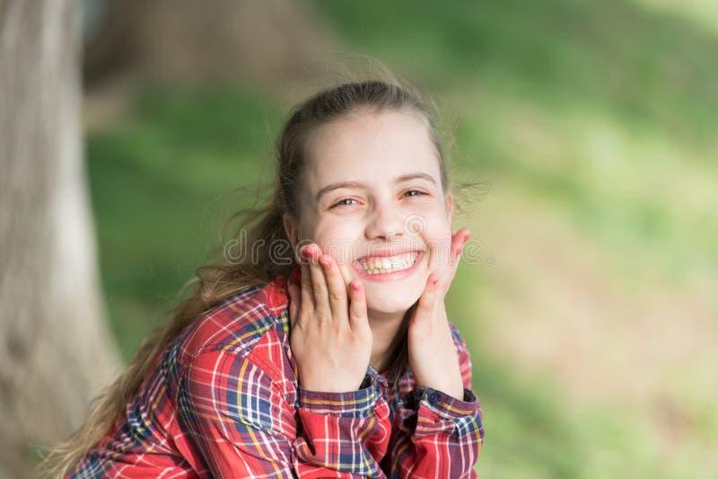 Een gezonde glimlach begint met een kind Het glimlachen van jong geitje met witte gezonde glimlach op mooi gezicht Leuk klein kin royalty-vrije stock foto's