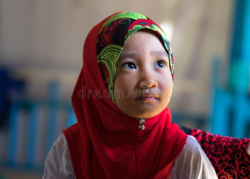 Een Giang, Vietnam - 6 Sep, 2016: Portret van Vietnamees moslimmeisje die traditionele rode kleding in een champadorp dragen, Kha stock foto's