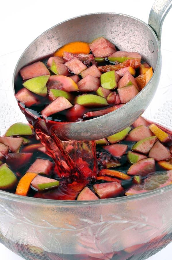 Een gietlepel sangria met vruchten royalty-vrije stock afbeeldingen