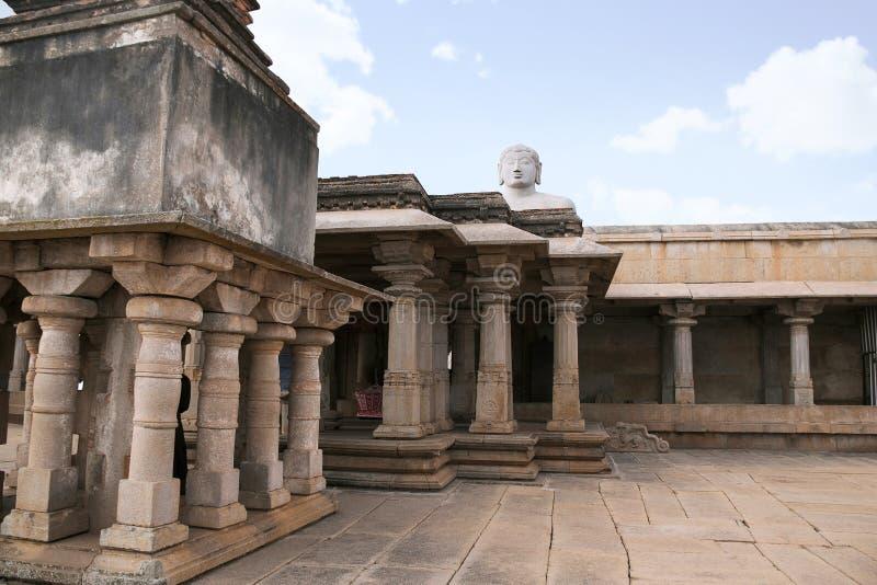 Een gigiantic monolithisch die standbeeld van Bahubali, ook als Gomateshwara, Vindhyagiri-Heuvel, Shravanbelgola, Karnataka wordt royalty-vrije stock foto
