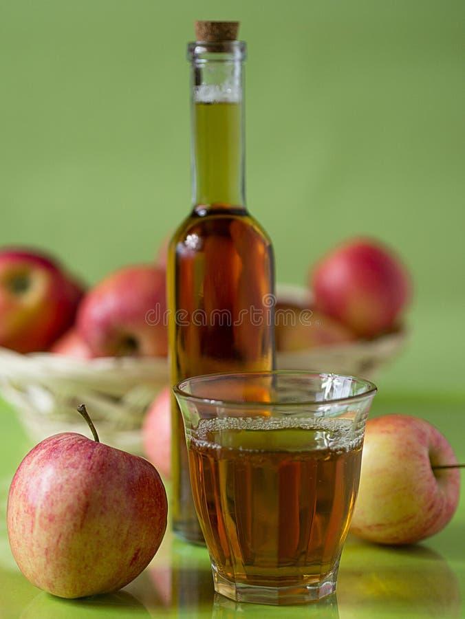 Een glas Appelsap stock foto's