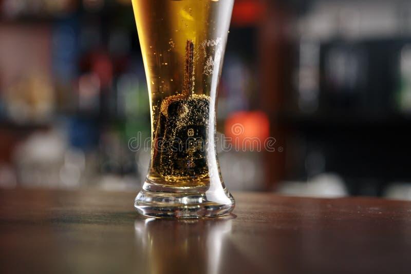 Een glas bier en autosleutels royalty-vrije stock foto