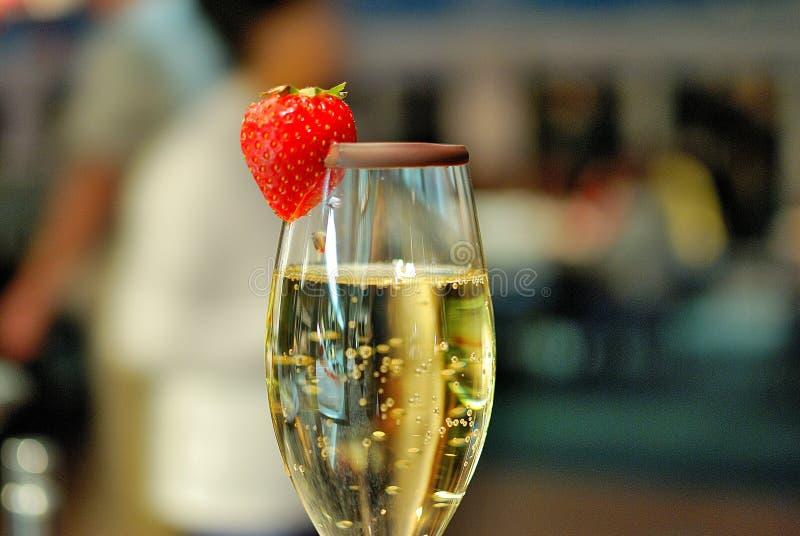 Een glas champagne met aardbei royalty-vrije stock foto
