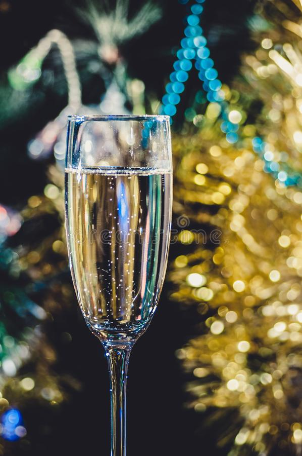 Een glas champagne onder de Kerstboom stock fotografie