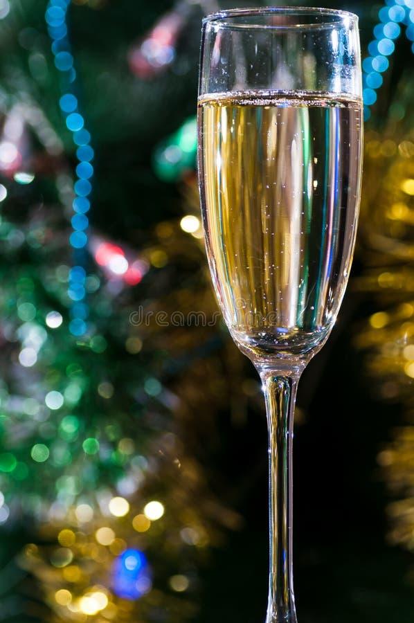 Een glas champagne onder de Kerstboom stock afbeeldingen