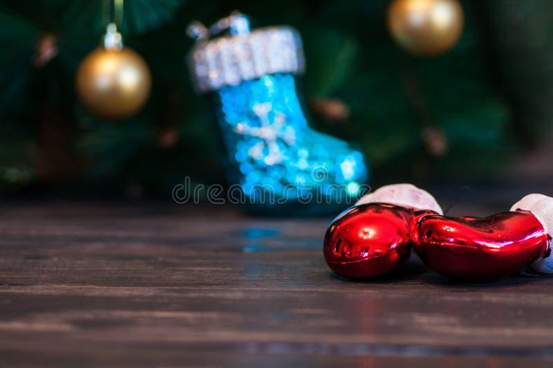 Een glas champagne onder de Kerstboom op een donkere achtergrond royalty-vrije stock afbeeldingen