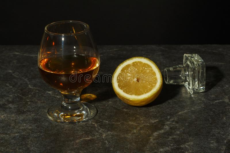 Een glas cognac of whisky stock fotografie
