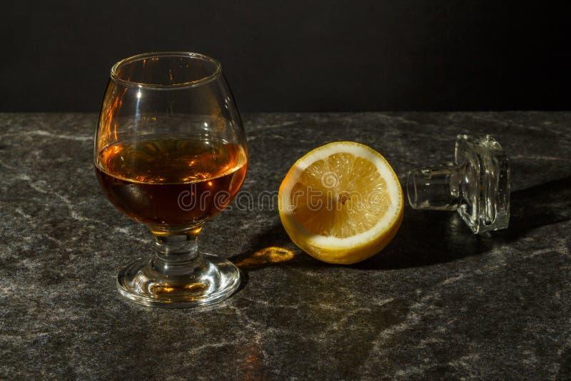 Een glas cognac of whisky royalty-vrije stock fotografie