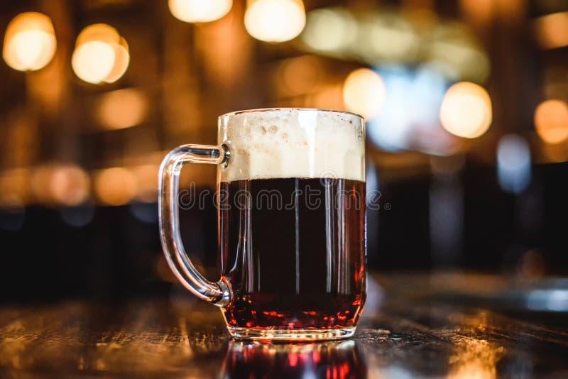 Een glas donker bier op teller royalty-vrije stock afbeelding