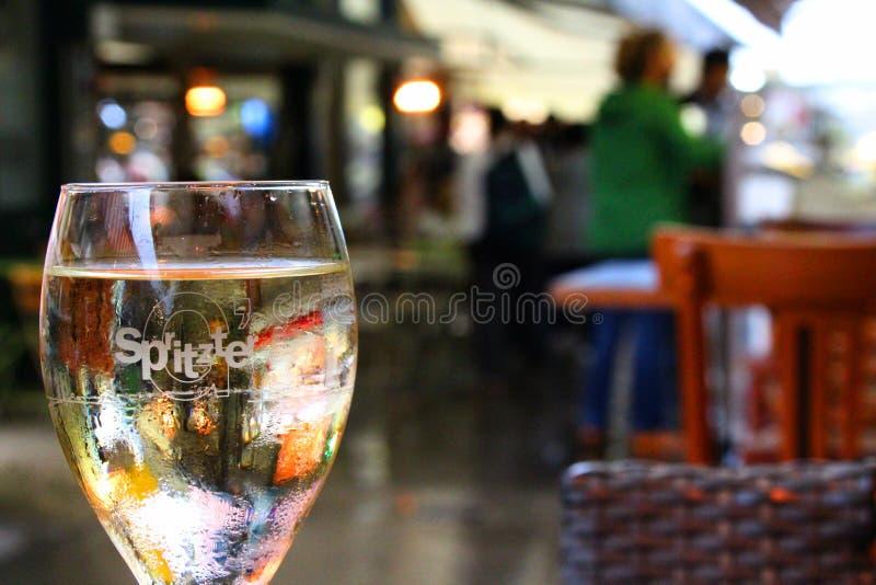 Een glas` G ` Spritzte ` mengsel van wit en sodawater stock fotografie