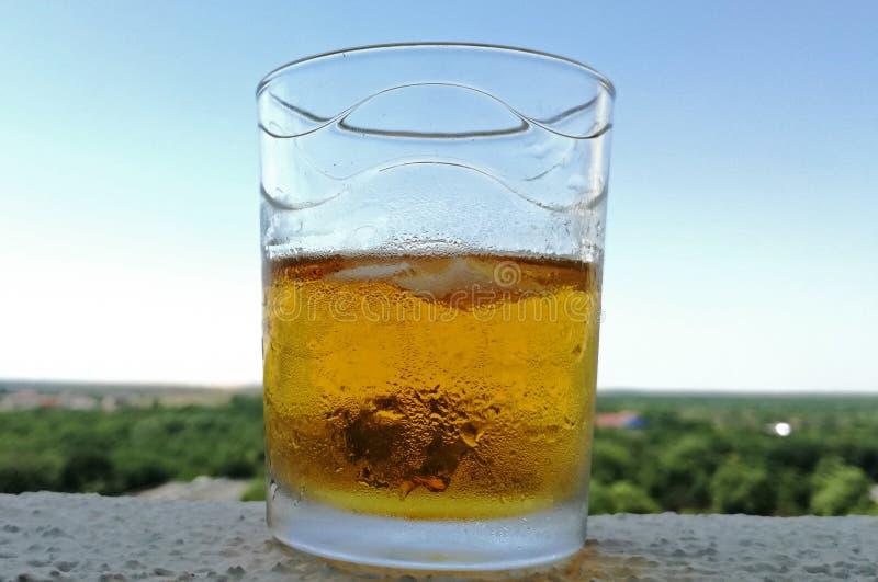 Een glas ijswhisky op het hotelterras in een warme de zomeravond stock foto's
