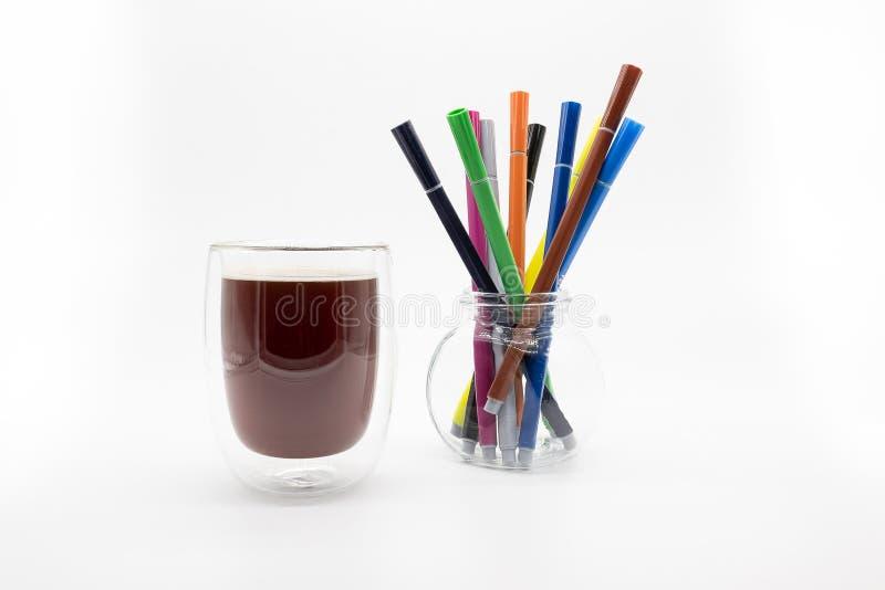 Een glas koffie en vezelpennen, op een witte achtergrond royalty-vrije stock afbeelding