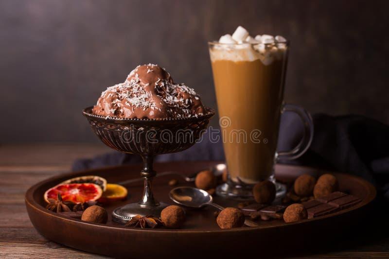Een glas koffie latte, chocoladeroomijs royalty-vrije stock fotografie