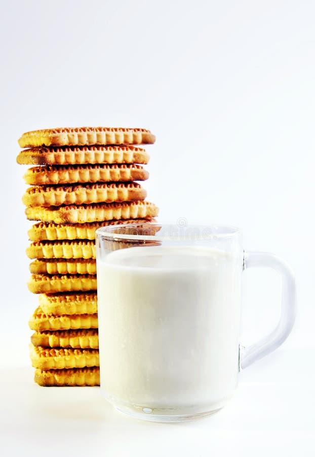 Een glas melk en koekjes stock fotografie