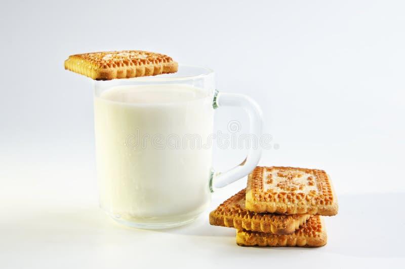 Een glas melk en koekjes stock foto's