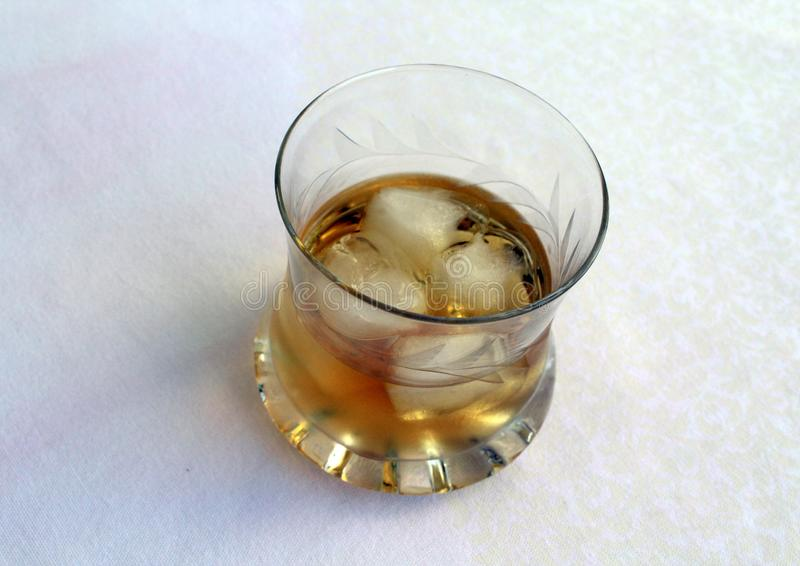 Een glas met wisky en ijs stock foto's