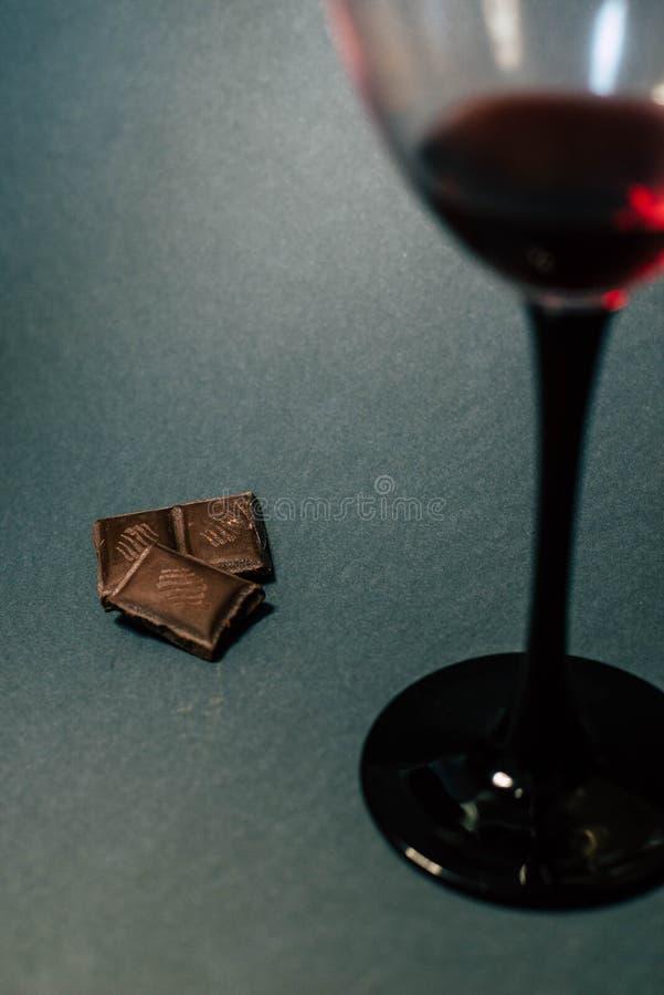 Een glas rode wijn en chocoladeplakken royalty-vrije stock foto