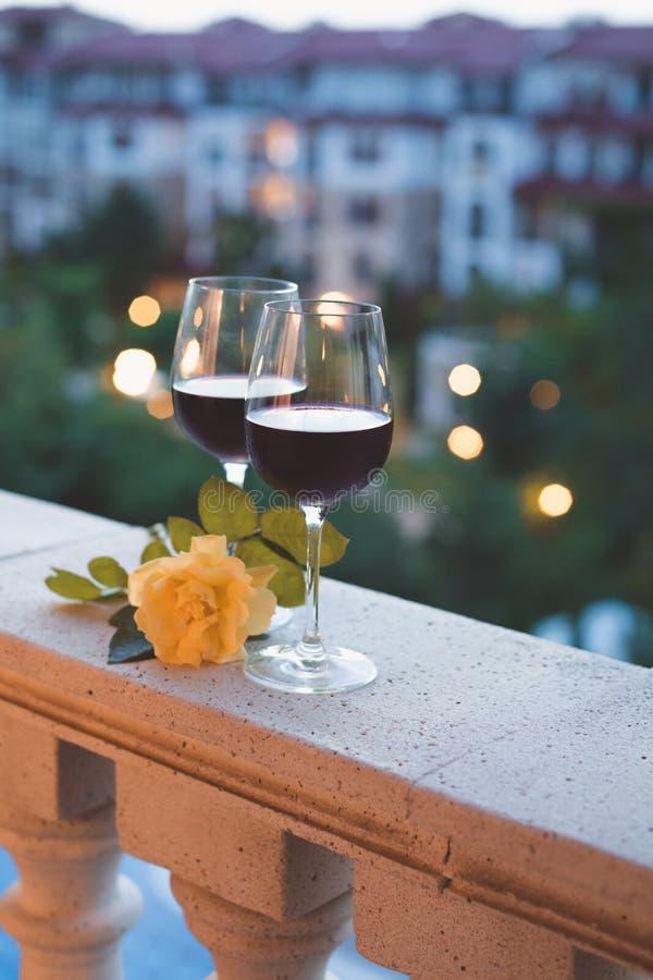 Een glas rode wijn op het balkon, zwembadachtergrond royalty-vrije stock foto