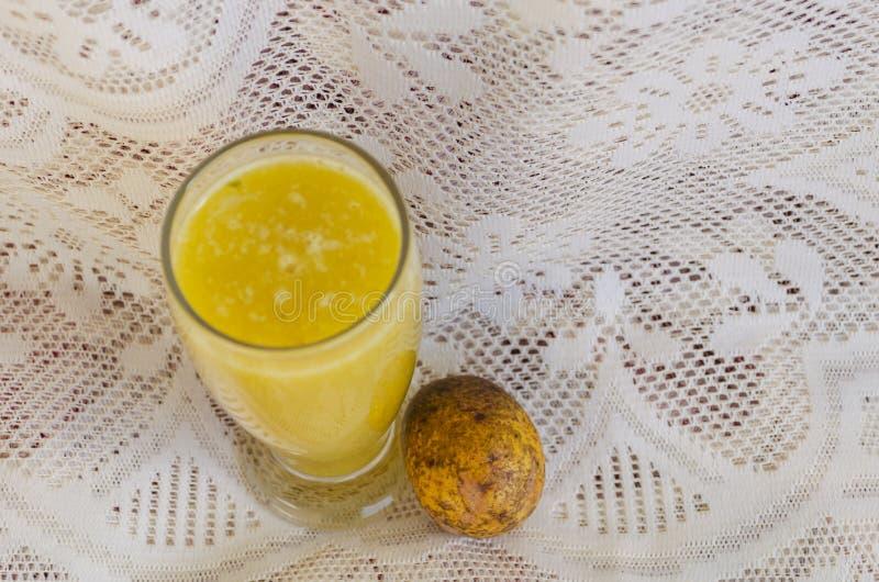 Een Glas van Juni Plum Juice en Fruit stock afbeeldingen