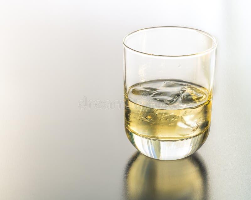 Een Glas van Tequila op de Rotsen stock afbeeldingen