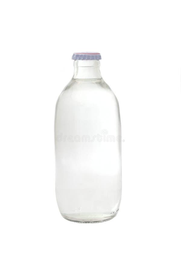 Een glas van water wordt gebotteld dat stock afbeelding