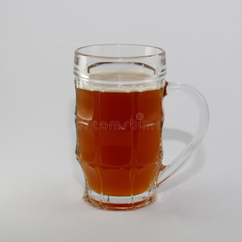 Een glas vers bier stock foto
