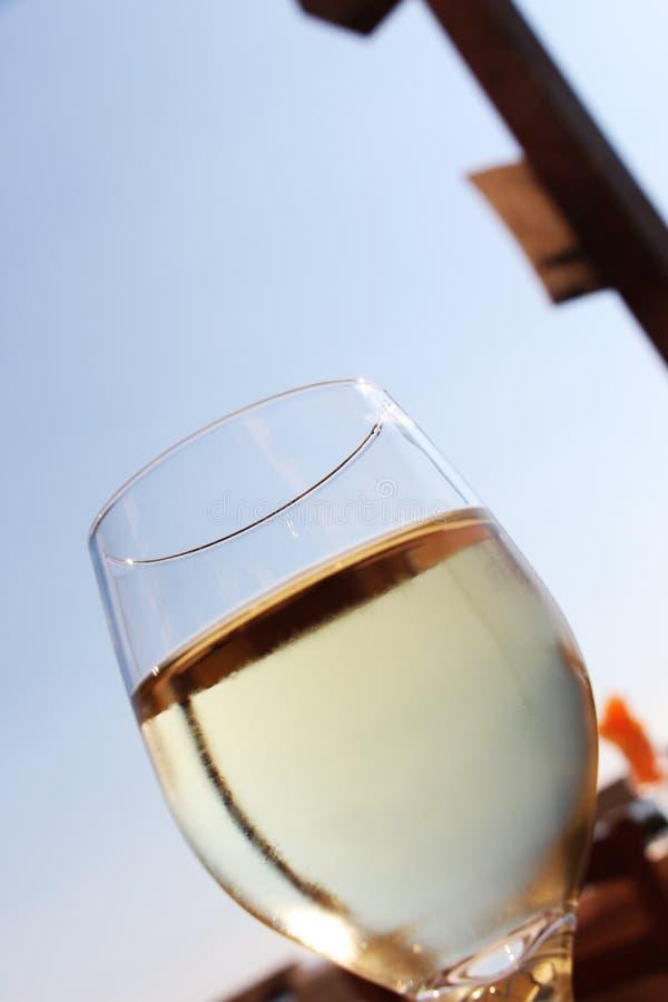 Een glas verse witte wijn, stedelijke achtergrond stock foto