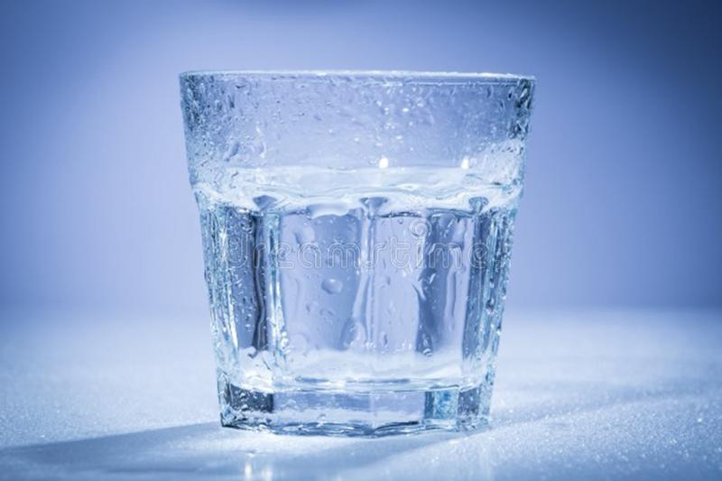 Een glas water stock foto's