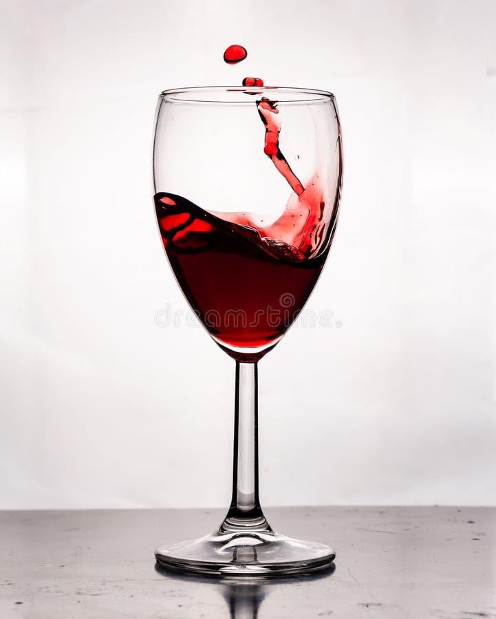 een glas wijn gemorste wijn stock foto