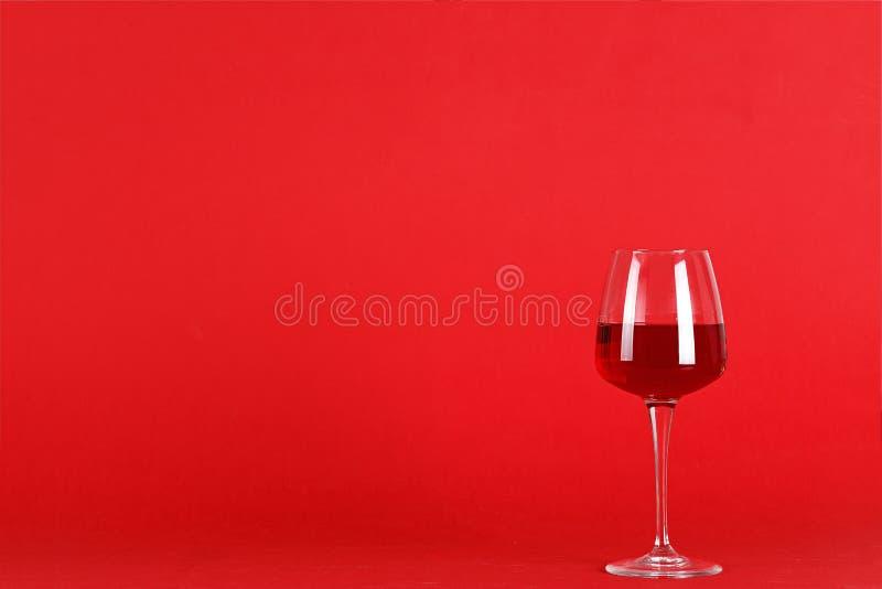 Een glas wijn met wijn wordt gevuld die stock fotografie