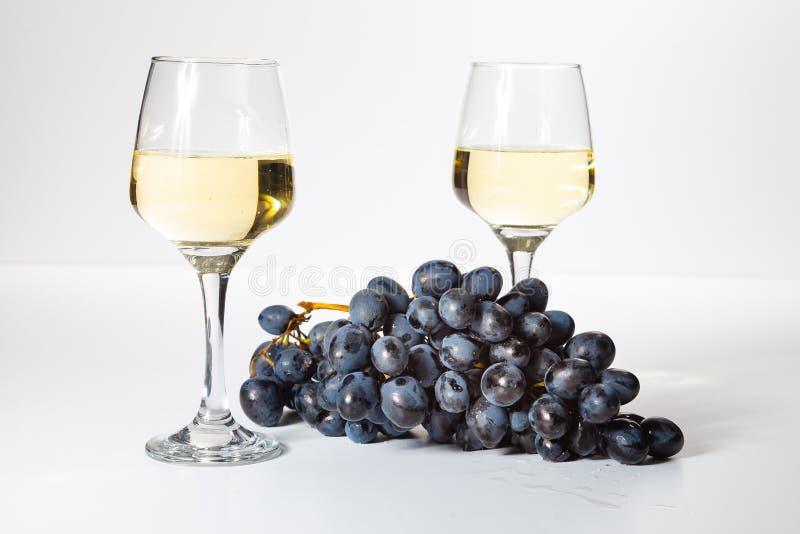 Een glas witte wijn Bos van druiven op een witte achtergrond stock fotografie