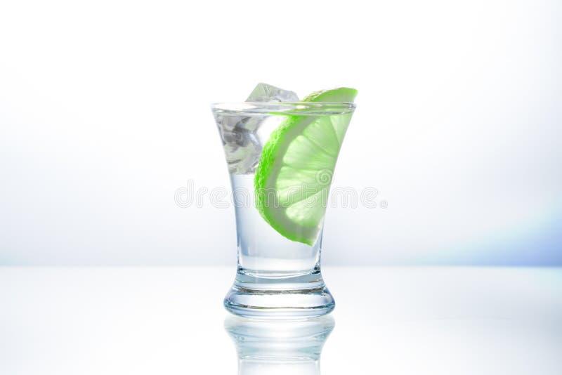 Een glas wodka in de bar stock foto's
