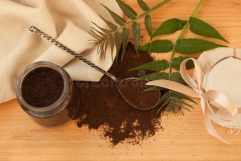 Een glaskruik grondkoffie, lichaam schrobt, gemengde suiker, olie, hoofdzaak Eigengemaakt schoonheidsmiddel voor schil, kuuroordz stock foto