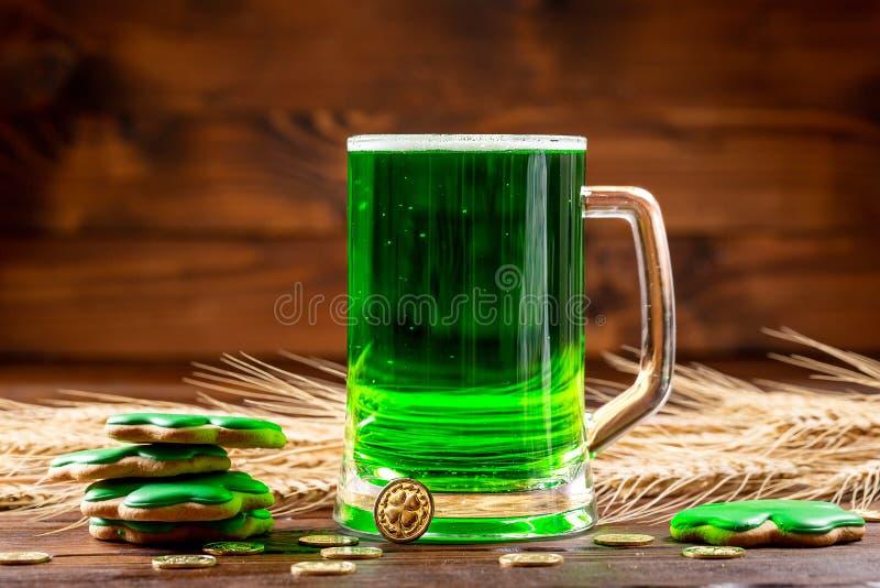 Een glasmok met geverft groen bier op een rustieke houten oppervlakte royalty-vrije stock fotografie